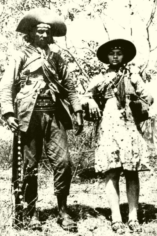 Virgulino Lampião e Maria Bonita no sertão do Nordeste, fotografados em 1936 pelo mascate Benjamin Abrahão. Veja mais em: http://semioticas1.blogspot.com.br/2012/03/lampiao-no-cinema.html