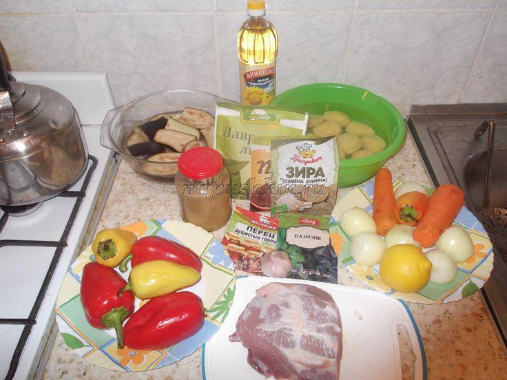 Запекание в кулинарии – это один из видов тепловой обработки, который с медицинской точки зрения считается самым полезным для организма. При запекании используется минимум жиров, а все полезные минералы и витамины продукта лучше всего сохраняются.  Предлагаю приготовить вам блюдо «Свинина под овощной «шубой»» — мясо с овощами в духовке, рецепт которого будет представлен ниже.