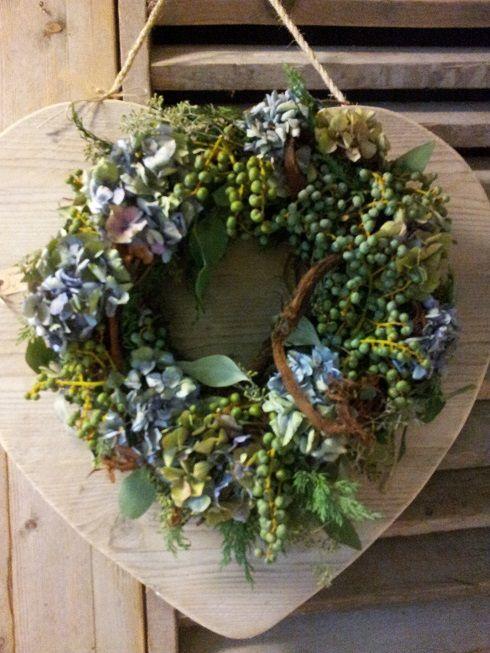 Krans @ GoedGevonden : Hortensia/Dadel krans op een steigerhouten hart