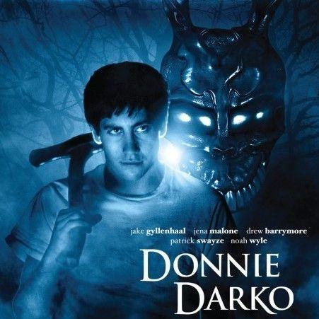 Adott egy alvajáró, koravén kamaszfiú, aki ugyan átlagos is lehetne, de mégsem az. A 2001-es Donnie Darko csak később vált kultfilmmé Amerikában.