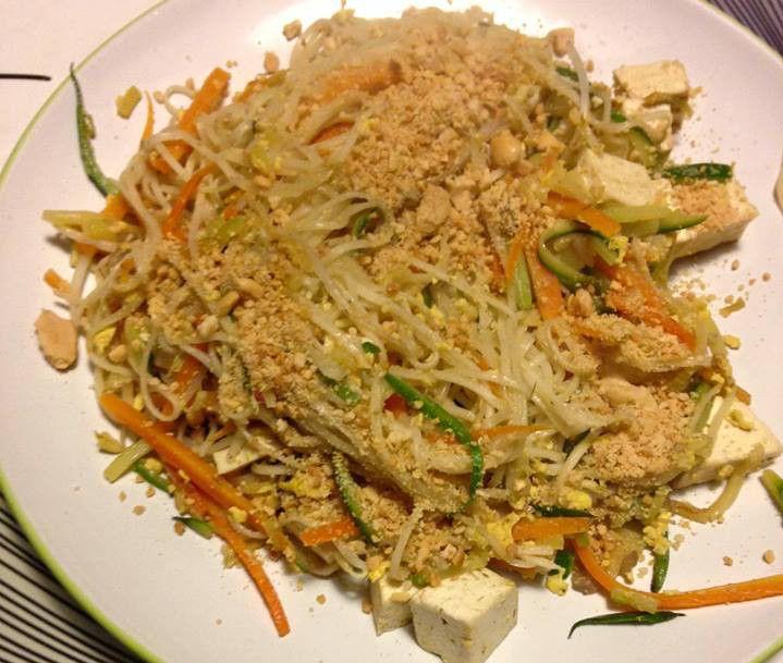 Preparate una pentola d'acqua, portatela ad ebollizione e salatela. Lavate e tagliate la zucchina e la carota alla julienne; aprite uno spicchio d'aglio e tagliatelo in 3 parti, poi fate a fette mezzo scalogno e fate imbiondire in una padella con un filo d'olio. Aggiungete le verdure e fate cuocere; unite il tofu tagliato a cubetti e...