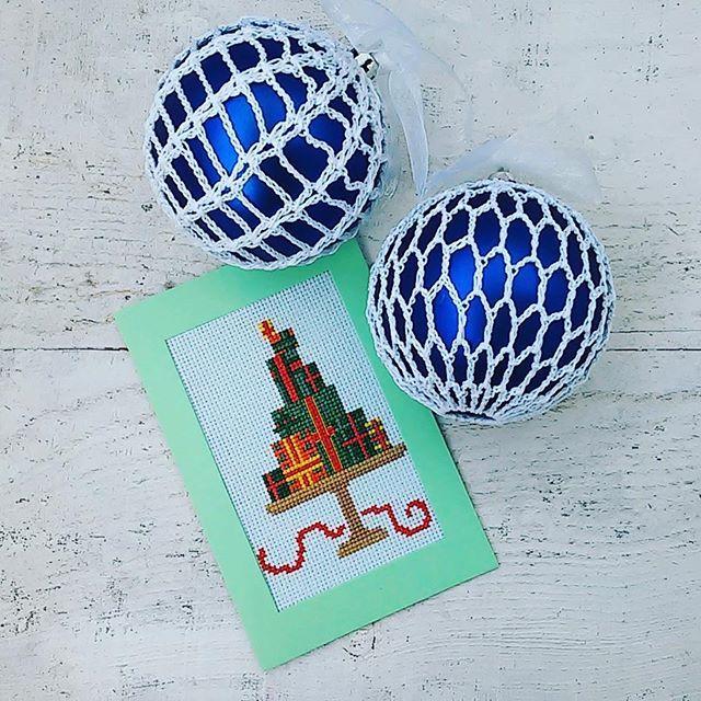 Новогодние шары для украшения гастропаба @supberry_cafe  А детские шапки и свитера у @gostinnaknitting