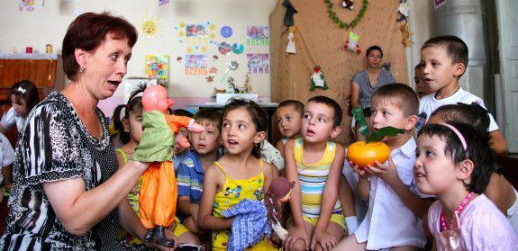 """25 jan 2013: Barnvänligare förskola ger fler elever  För att få in fler barn i förskolan kämpar vi för att förändra skolmiljö och undervisning. Förskola nummer 11 i staden Bukhara i Uzbekistan är ett lysande exempel på hur UNICEFs koncept """"Child-friendly-schools"""" kan utveckla ett samhälle. Här finns nu så många bra aktiviteter att alla vill skicka sina barn till förskolan."""