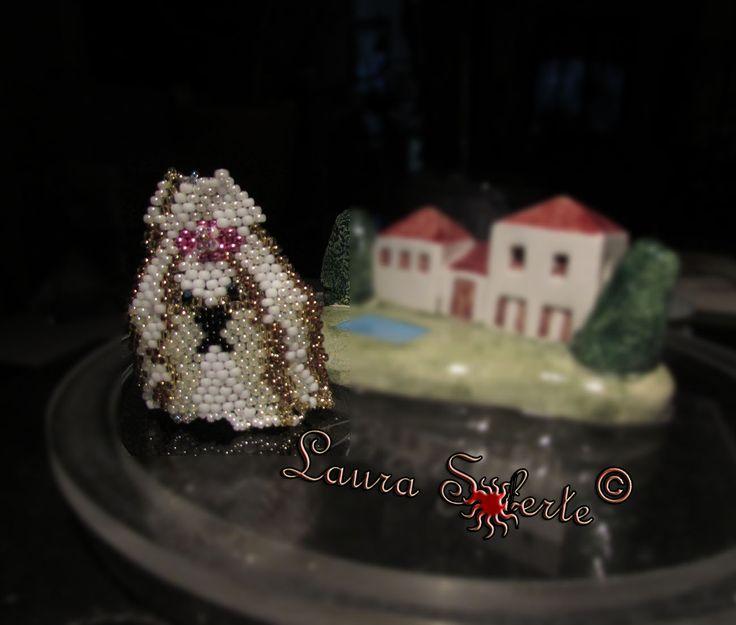 Versione bianco-oro: #Shihtzu #ciondolo #pendant ; realizzato con due #cristalli #cipollotti di #boemia e perline di alta qualità e precisione #rocailles #miyuki ; prezzo a partire da 20 euro