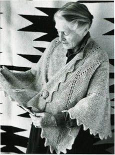 Elizabeth Zimmermann met de door haar ontworpen Pi-sjaal. Elizabeth Zimmermann shows one of her own designs: her Pi-shawl.