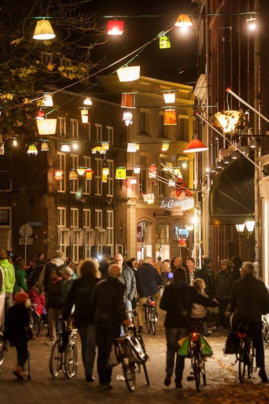 300 lampenkappen sieren de historische Sassenstraat in #Zwolle met het project #Allicht.