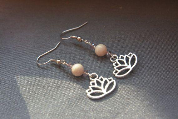 Boucles doreille en métal et pierre semi précieuse, crochet en métal ou argent (oreilles sensibles).  La pierre Riverstone a des vertus