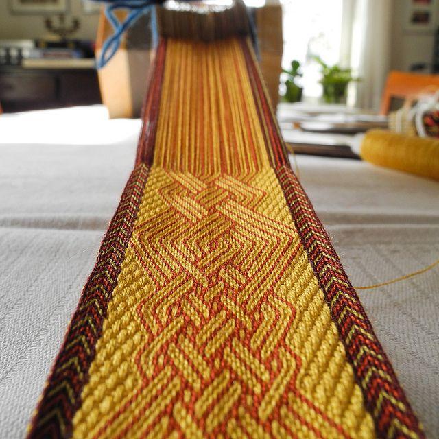 Weaving some complicated knots by heart respectively by brain.  Ohne Vorlage, während des Webens ausgedacht bzw. wachsen lassen.