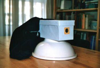 Maak een echte camera obscura. Een erg nauwkeurig werkje, want ... donker is niet een beetje licht. Kijk ook naar de laatste pagina. Maak van een kamer een grote camera obscura of kijk naar dit filmpje : https://www.youtube.com/watch?v=gvzpu0Q9RTU. Een idee voor de opendeurdag?