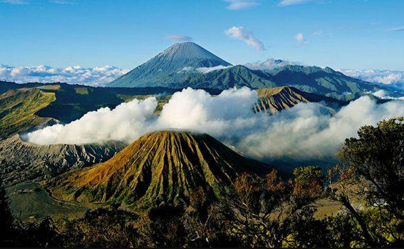 Gunung Bromo, sebuah gunung berapi aktif yang terletak diantara 4 wilayah Indonesia, tetapi kebanyakan orang mengetahui Gunung Bromo terletak di Malang, Jawa Timur.