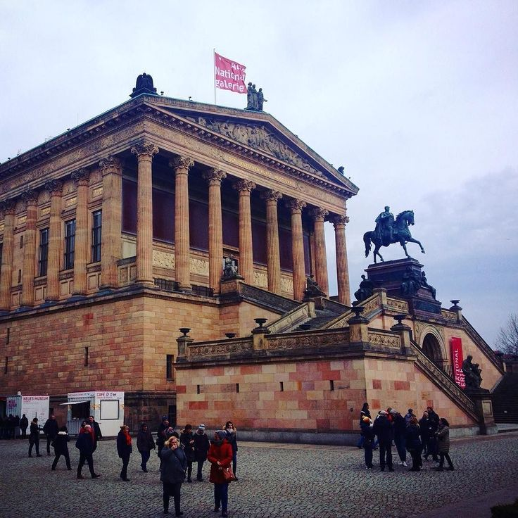 Alte Nationalgalerie - budova v podobě řeckého chrámu která ukrývá výstavu vrcholného umění Evropy 19. století. #architecture #history #muzeum #pamatky #berlin #germany #nemecko #sbatuzkem #cestovani #dnescestujem #travel #traveling #travelling #vylet #trip #eurotrip #galerie #instatravel #instaphoto #travelblogger #travelblog