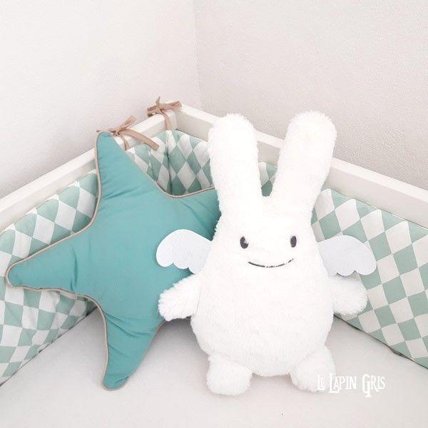 Grande peluche de 32cm, coloris blanc, en forme d'ange-lapin (marque Trousselier). Ce doudou bébé très doux convient dès la naissance. Très beau cadeau pour les nouveaux-nés.