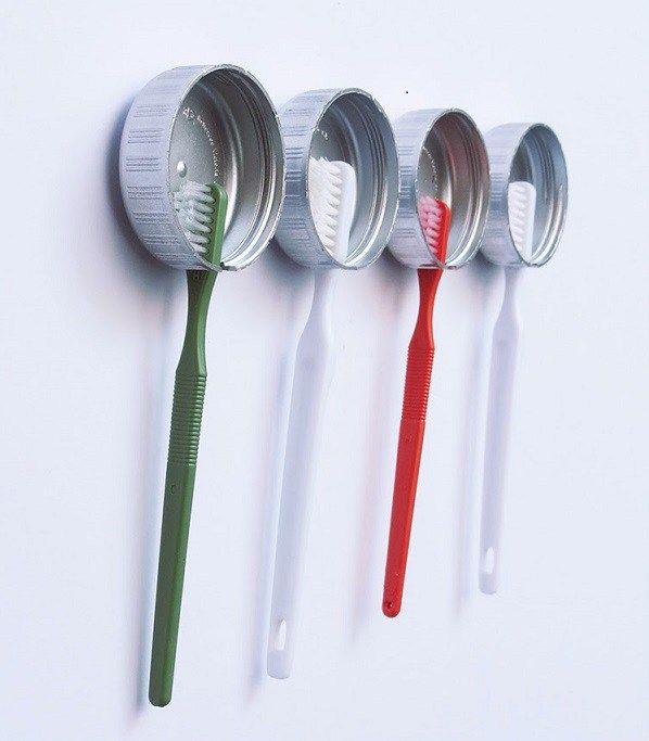 IDEAS DE BRICOLAJE T DIY PARA EL CUARTO DE BAÑO - Soportes para cepillos de dientes:  ¿Adivina con qué están hechos estos soportes que te permiten colgar los cepillos de dientes de toda la familia?  Tic, tac, tic, tac…. Con unos tapones de botellas y además, sin necesidad de taladrar la pared. Sorprendente, ¿verdad?.