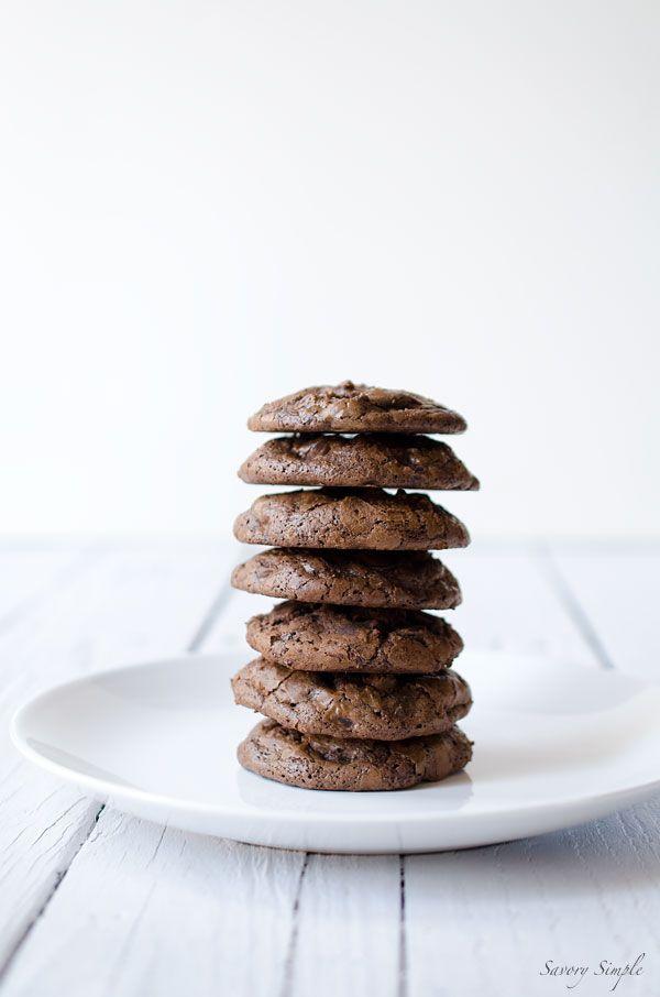Diese Dark Chocolate Brownie Cookies sind eine perfekte Behandlung für Schokoladenliebhaber!  Holen Sie sich das einfach zu bereiten Rezept von SavorySimple.net.