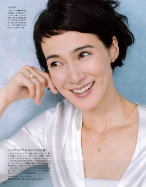 この画像のページは「ボブ&ショートヘアで魅せる!安田成美さんのキュートな髪型まとめ」の記事の15枚目の画像です。安田成美さんのショートヘア画像④動きのあるショートヘアの安田成美さん。ふわっとした頭部の髪がお洒落です。メイクもナチュラルですね。 指輪、ネックレス、ピアスとお揃いのジュエリーがよく似合っています。 関連画像や関連まとめも多数掲載しています。