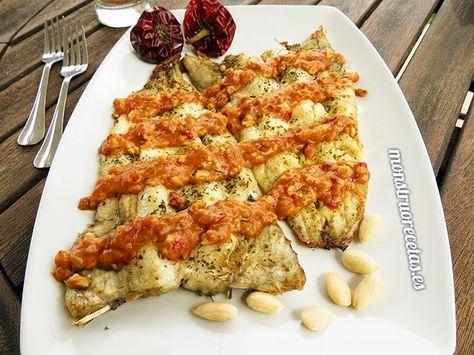 Pescadilla al horno en salsa de almendras - http://www.monstruorecetas.es/2014/07/pescadilla-horno-salsa-almendras.html