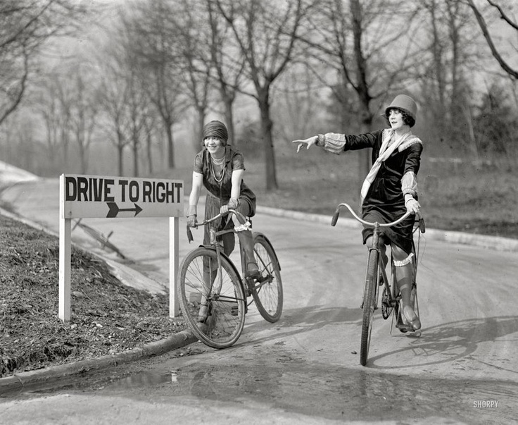 Scegliersi la direzione.  (Ragazze in bici con cartello, 7 febbraio 1925: Washington)