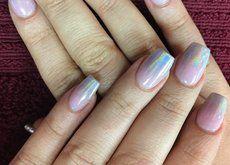 Las uñas holográficas llenan nuestras manos de tonos unicorniles. Pero solo la puntita, por favor