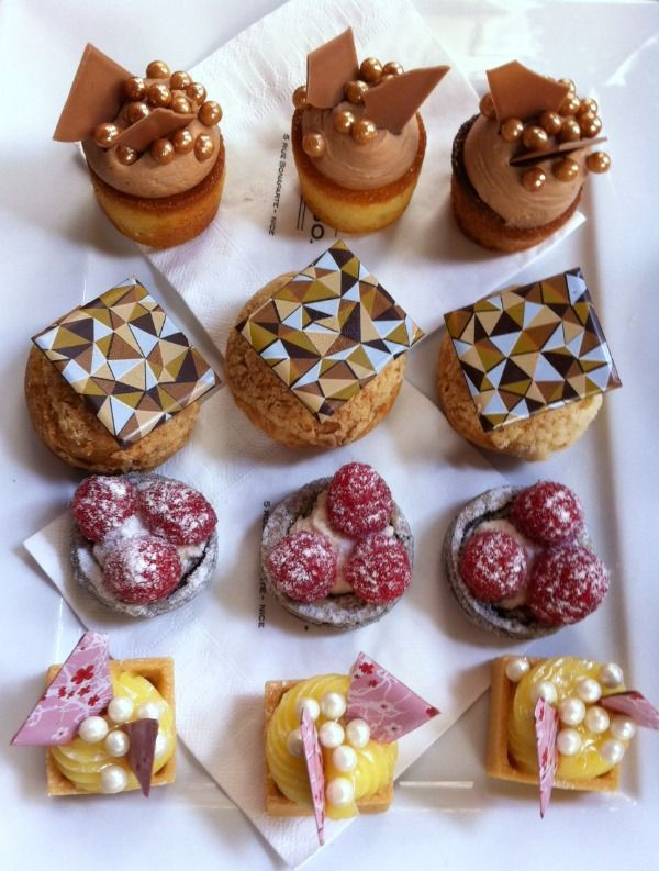 Café gourmand, a selection of mini cakes (patisserie) to eat with coffee, from Deli Bo in Nice France - delicious and pretty!  ♥ #epinglercpartager