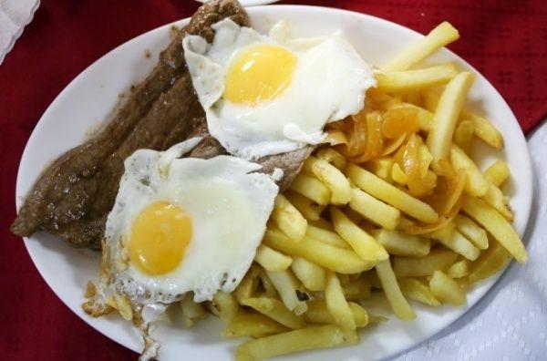 """Bistec a lo pobre. El """"plato talquino"""" regalado a Chile y a su historia Hoy, el """"bistec a lo pobre"""" es uno de los platos más populares dentro de las casas chilenas, atravesando transversalmente las divisiones sociales y permaneciendo firmemente arraigado en nuestro recetario nacional."""