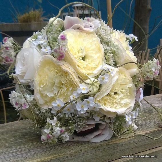 zijden bruidsboeket met ranonkels en veldbloemen