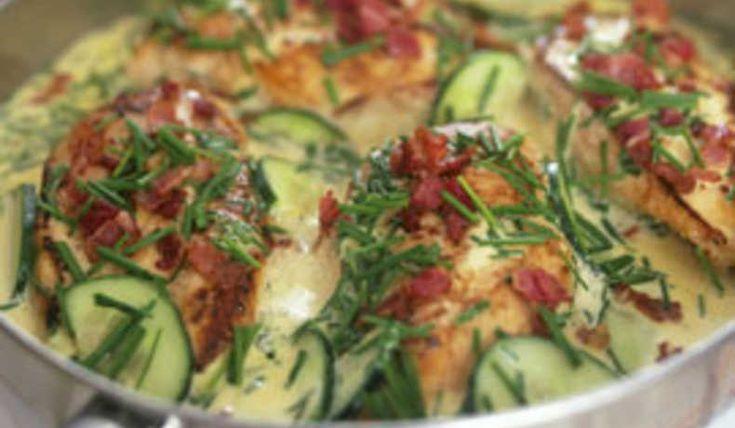 Gammaldags kyckling i gräddsås med fräsch gurka, krispiga bacon och söt potatis till.