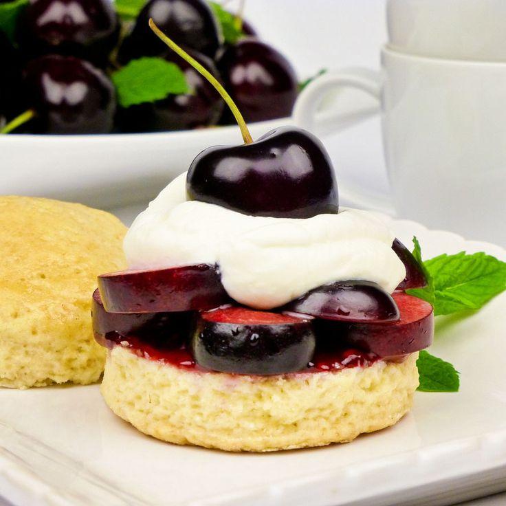 High tea scones with fresh cherries and cream. Scones met verse kersen, kersenjam en slagroom: verrukkelijk en superfeestelijk!