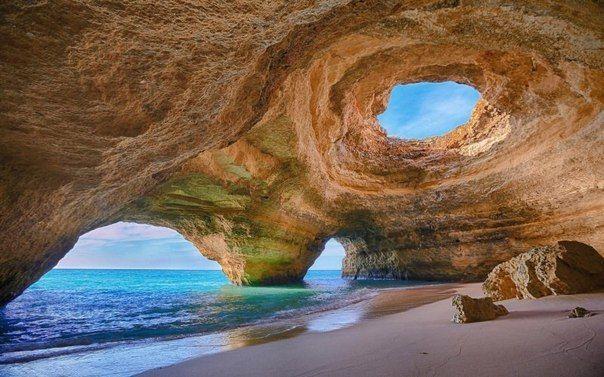 Пещера рядом с пляжем Бенагил в Алгарве, Португалия