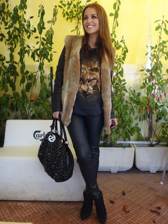 PAULA ECHEVARRIA  La llevo con pantalones de cuero, cazadora y botines de ZARA también, aunque de otras temporadas, y el chaleco de pelo es de EL CORTE INGLÉS