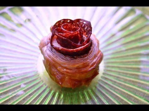 Różyczki z ciasta francuskiego i salami - Film kulinarny - Smaker.pl