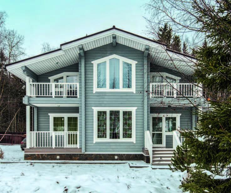 Дом построен в Подмосковье на участке, примыкающем к лесу. Благодаря панорамным окнам с тонким рисунком переплетов постройка выглядит легкой и изящной. На террасе и балконах есть возможность отдохнуть на открытом воздухе.