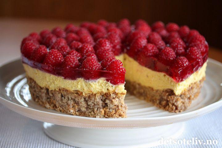 Kom mai du skjønne.... Endelig er det tid for den vakreste tiden på året! Mai er også tid for å bake deilige festkaker. Her har du en virkelig skjønn kake, ja - dette er faktisken av de aller beste kakene jeg vet om! Kombinasjonen mandler, luftig vaniljefromasj og søte, røde bringebær er aldeles nydelig!