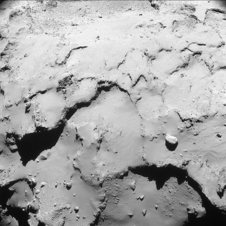 La toute dernière image de NavCam depuis le début de la mission il y a 12 ans et demi a été prise à 00 h 59 TU (02 H 59, heure de Paris) le 30 septembre 2016. Tchouri n'est qu'à 17,4 km de la sonde. La résolution est de 1,5 mètre par pixel. L'image mesure 1,5 km de large — Crédit : ESA, Rosetta, NavCam – CC BY-SA IGO 3.0