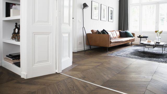 Interieur met houten vloer. Visgraat vloer in ongaarse punt van Uipkes Houten Vloeren