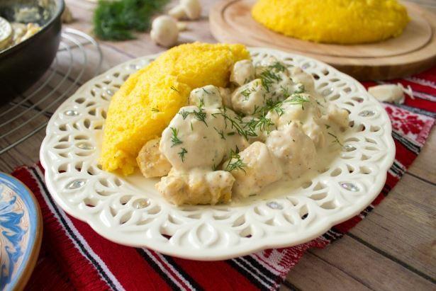 Ένα υπέροχο πιάτο με στήθος κοτόπουλου σε κρεμώδη σάλτσα με μανιτάρια σερβιρισμένο με πουρέ στο φούρνο γαρνιρισμένο με μπόλικο τυρί. Μια εύκολη συνταγή (πρ