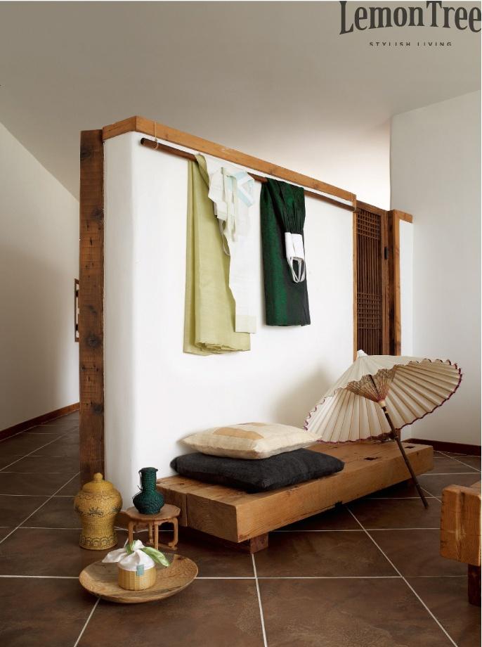 홀 : 이런 분위기 -- 하얀 벽 + 회색 타일 + 나무 + 중간에 걸린 초록색 색감 + 동양적인 소품 조금조금씩