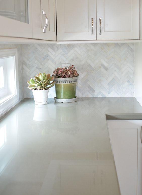Le quartz est une alternative idéale et abordable au marbre que l'on ne peut pas tous se permettre. On le retrouve souvent en décoration d'intérieur, principalement sur les comptoirs. Les comptoirs…