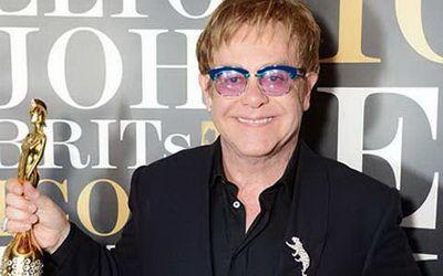 Elton John Terima Penghargaan - Elton John mendapatkan penghargaan Brits Icon pada sebuah konser gala yang digelar di London Palladium,London (Inggris) pada hari Senin 2 September 2013 malam hari, waktu setempat. Pemberian anugerah itu juga sekaligus menandakan penyanyi ini kembali lagi ke panggung usai menjalani operasi... - http://blog.masteragenbola.com/elton-john-terima-penghargaan/