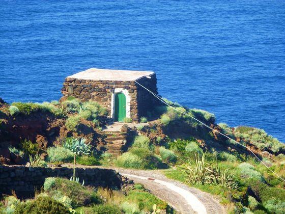#Pantelleria, un dammuso. (#sicilia) Case del Principe http://dammusi-principe-pantelleria.com/en