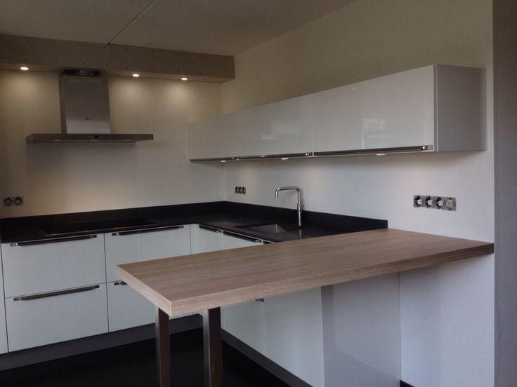 Systemat keuken av 1060 hoogglans wit met composiet dun werkblad h cker systemat keukens - Uitgeruste keuken met bar ...