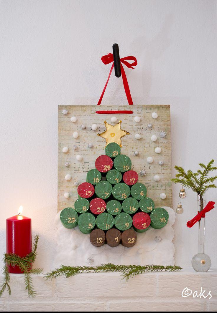 Adventskalender gjord av toarullar och silkespapper. Advent Calendar out of toilet paper rolls and silk paper.