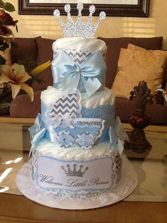 Ce gâteau de couches élégant rend la pièce maîtresse parfaite pour un shower de bébé sur le thème du Prince. Il est fait avec la taille de 50 couches 2. Décoré avec papier, ruban, découpe de transport carton fait à la main et l'éclat, double face argent brillent Couronne. Il est livré sur sa base, orné de carton enveloppé dans du tulle blanc. Il mesure environ 16.5 de haut, y compris topper. Chaque chose vient d'une maison propre, animal libre, non fumeur. S'il vous plaît noter que blanc…