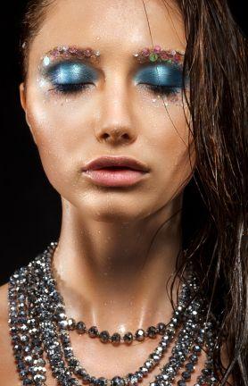 Gloss ist längst nicht nur den Lippen vorbehalten. Auf den Laufstegen wurde es schon gesichtet und auch in Beautymagazinen wurde bereits darüber berichtet:nass glänzendes Augen-Make-up. Glossy Eyes sind sexy und lassen sich auch solo dezent für den Tag einsetzen. In Verbindung mit dunklem Lidschatten wird es dann dramatisch für den Abend. Wer den neuen Look ausprobieren möchte: so funktioniert's...