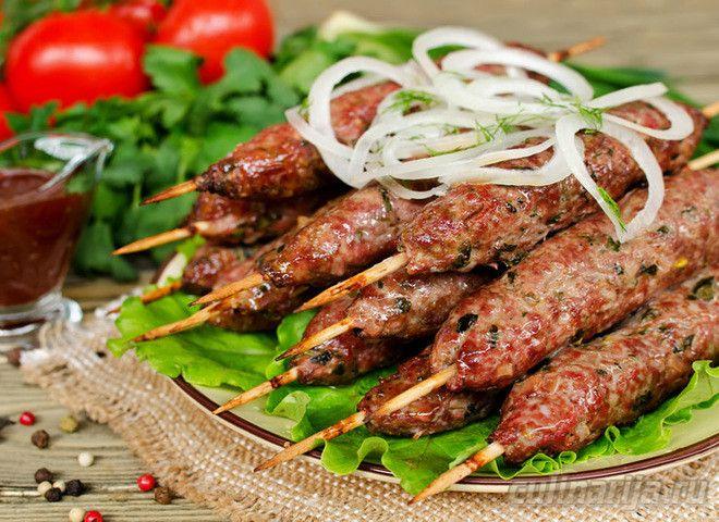 РейтингПредставляем вашему вниманию рецепт традиционного восточного блюда для любителей и поклонников вкусного отдыха на природе — люля-кебаб. Оно не сравнится ни с одним шашлыком. Его достаточно …