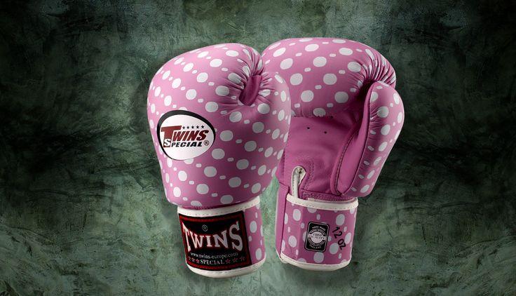 Gli 8 e 10 once. guanti lotta professionali per prima Muay Thai o attacchi internazionali. Il 12, 14 e 16 Oz. sono ideali per l'allenamento.  Il peso in più è grande per una migliore work-out. Handpadding extra per l'utilizzo di sacchetti o pesanti allenamenti con sparring partner.