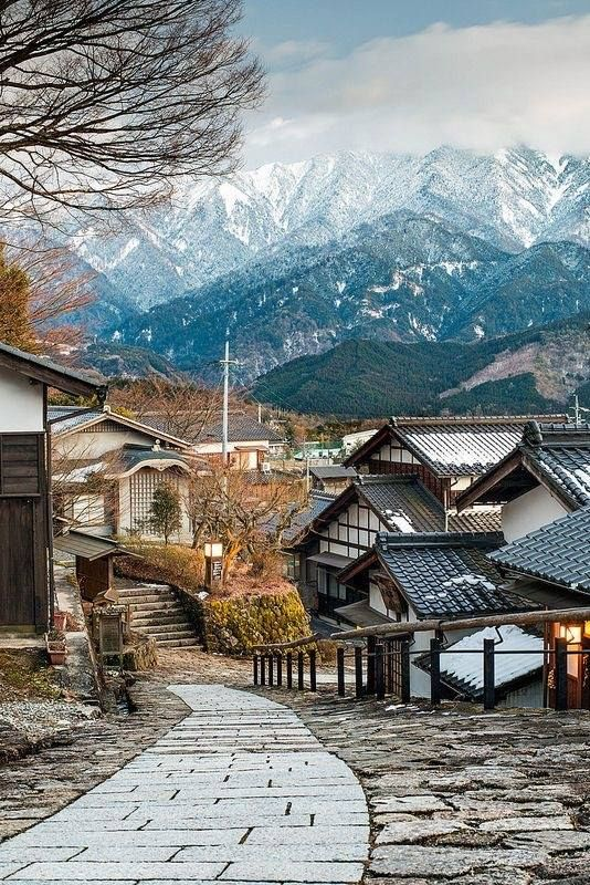 Magome-juku, prefectura de Gifu. Durante el período Edo había cinco carreteras que conectaban Edo (actual Tokio) y las regiones periféricas. El Nakasendo vinculado Edo y Kyoto, y corrió por el centro de Japón. Este sendero fue salpicado por muchas ciudades de escala y Magome-Juku fue el número 43 de los 69 municipios de la Nakasendo
