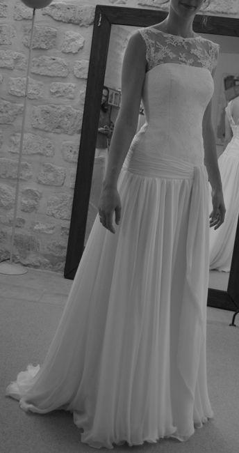 robe de mariée taille basse à ample jupe en mousseline de soie et bustier recouvert de dentelle de Calais