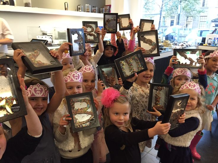 Nogmaals van harte gefeliciteerd met je #verjaardag Valentina! Samen met 14 vriendinnen je eigen #chocoladeletter spuiten. Geniet ervan! www.hopenstork.com