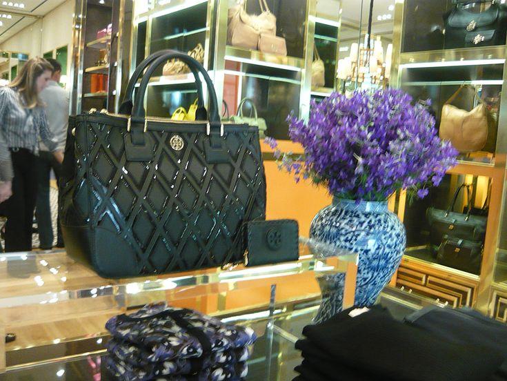 Black bag from Tory Burch Fall 2013 collection. | Bolsa preta daTory Burch na nova loja em Curitiba.