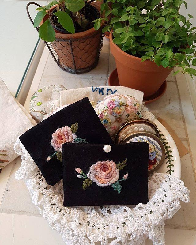 하나는 보급형 니들케이스 다른 하나는 카드지갑#embroidery #needlework #stiching #프랑스자수 #꽃자수 #장미자수#애플톤 #니들케이스#카드지갑#창작자수#별헤는자수